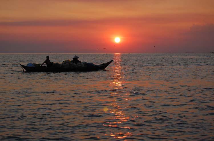 Pescatori al tramonto sul lago Tonle