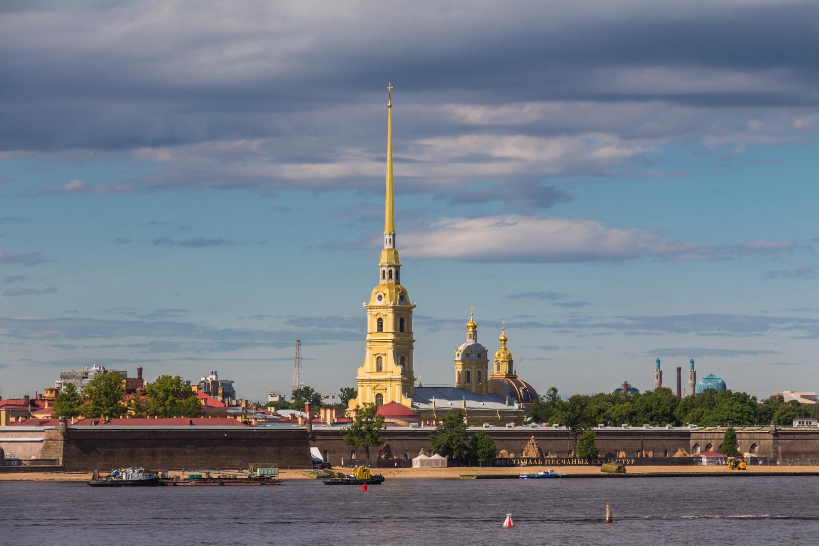 Peter und Paul Kathedrale in der Abendsonne (St. Petersburg)