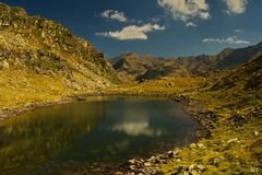Petit étang anonyme au coeur des Pyrénées.