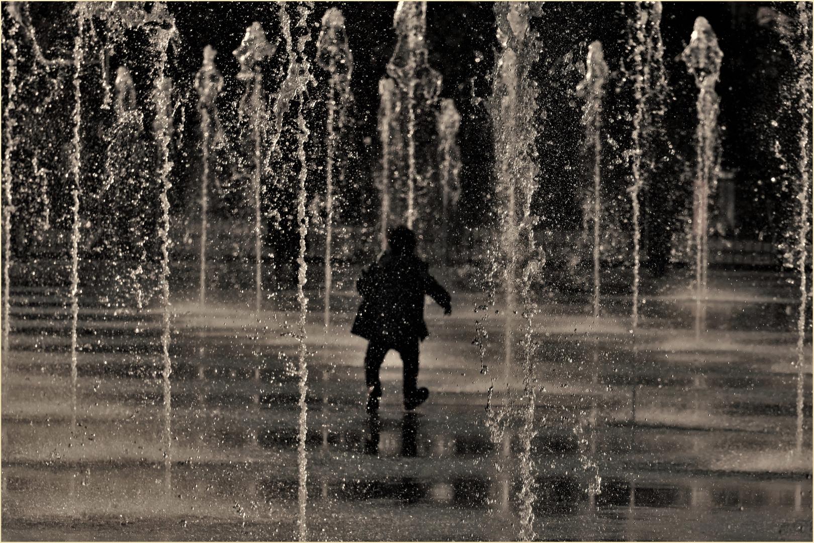 """Petit Poucet perdu dans une"""" forêt"""" de jets d eau ...."""