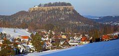 Pfaffendorf mit der Festung Königstein im strahlenden Winterkleid