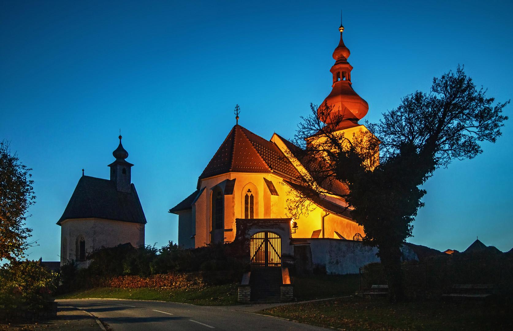 Pfarrkirche von Sankt Pangrazen in der Abenddämmerung