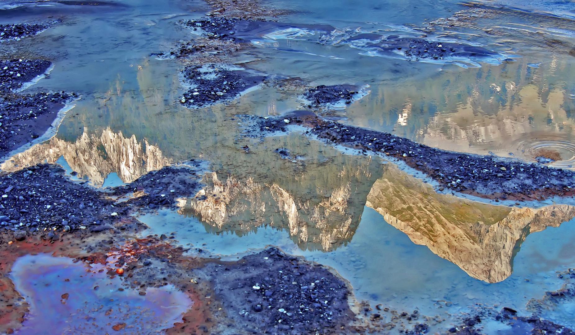 Pfützen am Boden eines fast ausgetrockneten Sees. - Les reflets des hautes montagnes dans l'eau...