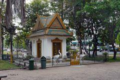 Phnom Penh - kleiner Tempel am Straßenrand