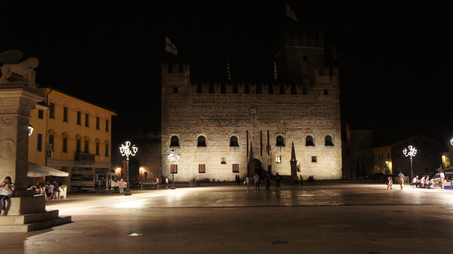 piazza di marostica in notturna