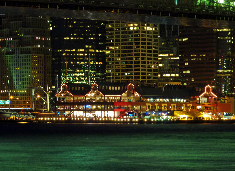 Pier 17 bei Nacht