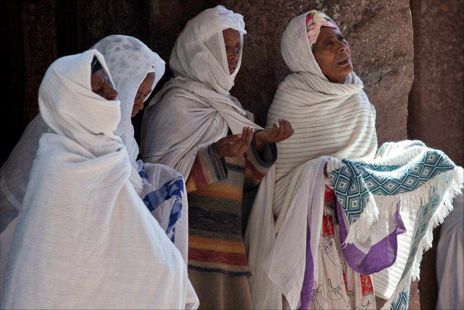 [ Pilgrims Praying at Lalibela ]