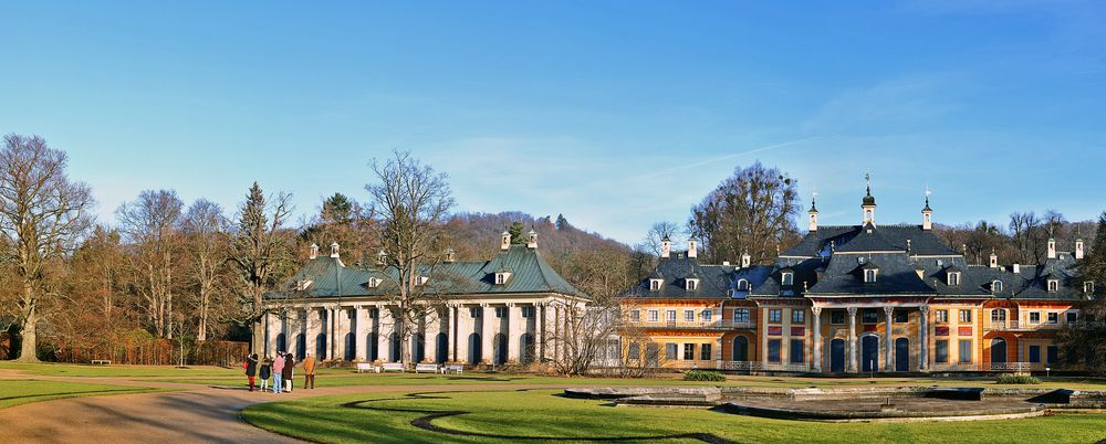 Pillnitz großer Schloßhof Nordseite links als Teil eines Panoramas