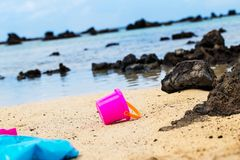 Pinkes Eimerchen am Strand von Orzola