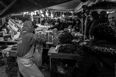 Pioggia battente sul mercato
