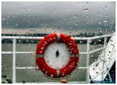 Pioggia battente...sulla finestra della barca.