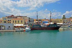 Piratenschiff im Hafen von Rethymno