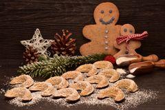 Plätzchen Weihnachtsmännchen und Vanillekipferl