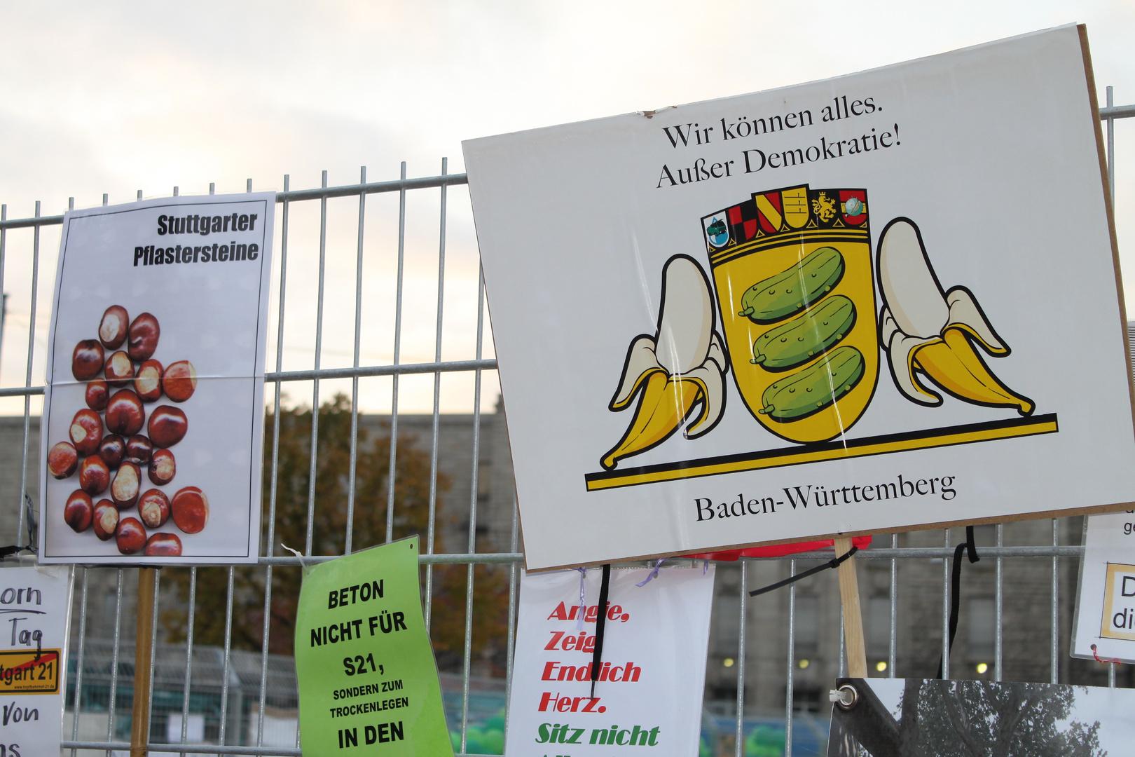 Plakat am ZAUN: Gurken und Bananen - Stuttgart K21 28.10.2010