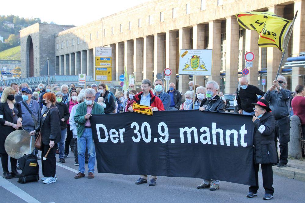 Plakat Stgt 30Sept mahnt HBF  Ca-20-04-col +nun9Fotos +Text