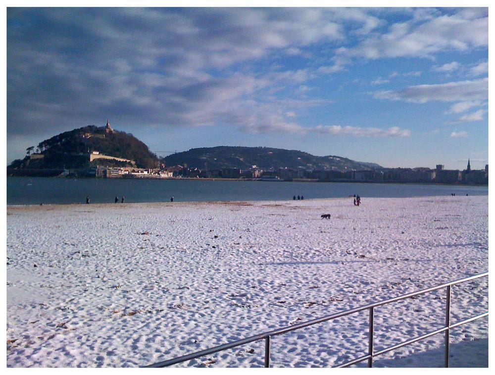 Playa de Ondarreta (San Sebastian) nevada