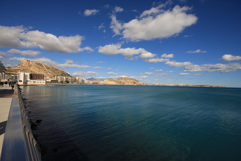 playa del POSTIGUET (Alicante) desde el nuevo paseo en el puerto de Alicante