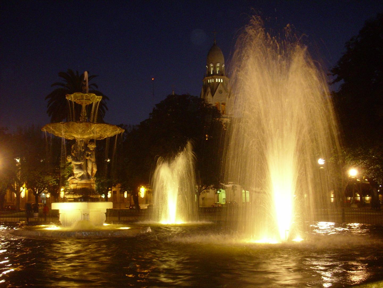 Plaza, fuente y catedral