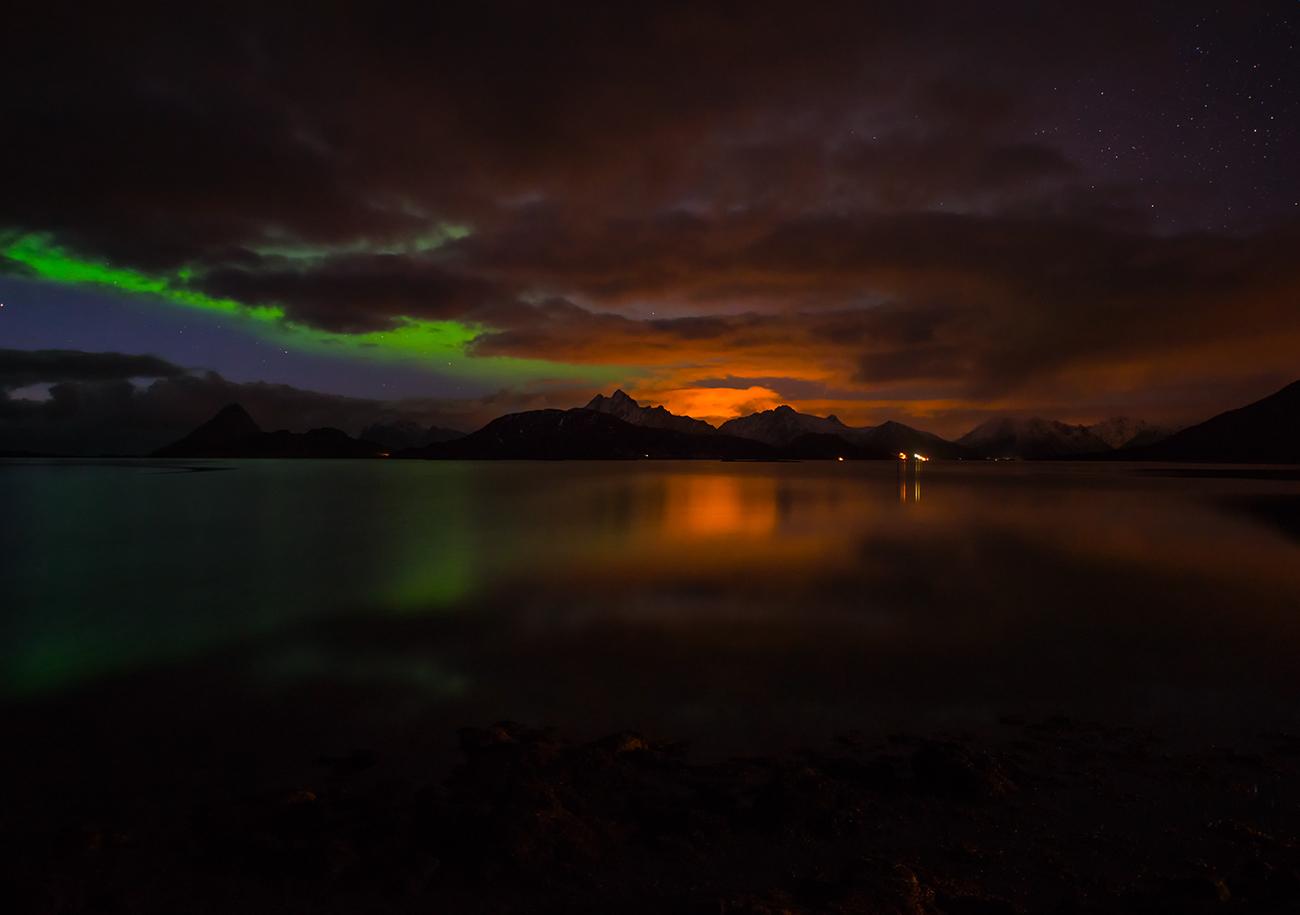 polarlicht, bewölkter himmel und letztes leuchten der sonne