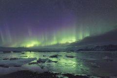 Polarlichter mit Spiegelung in der Gletscherlagune