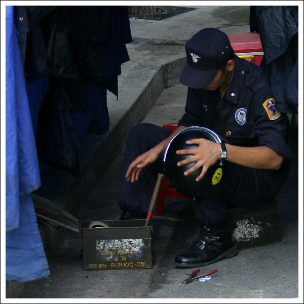 Polizei bei Reparaturarbeiten