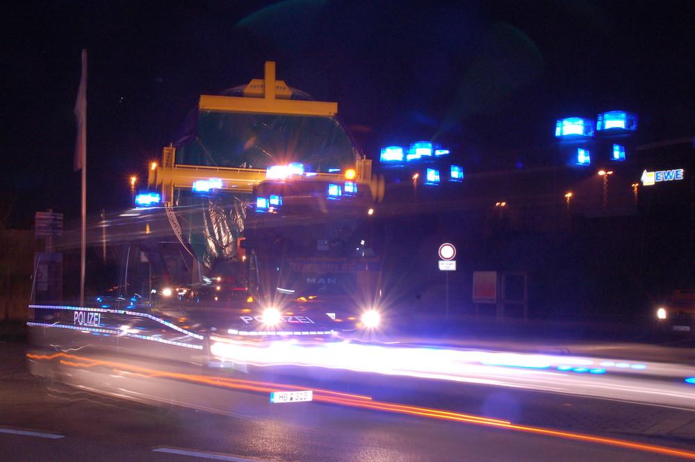 Polizeibegleitung eines Schwertransports in Bremerhaven