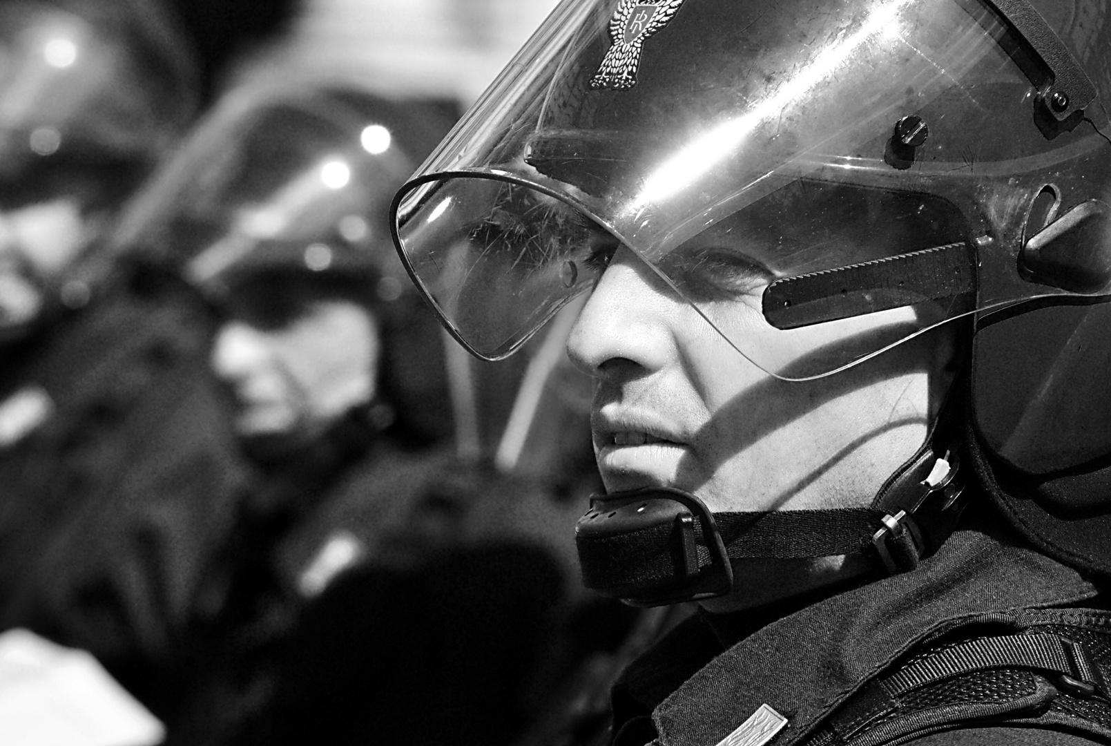 Poliziotto in assetto antisommossa