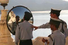 Polizist vor Rundspiegel, India, Rajasthan