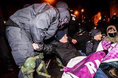 Polizisten räumen eine Sitzblockade von Gegendemonstranten bei der Demonstration von MVGIDA