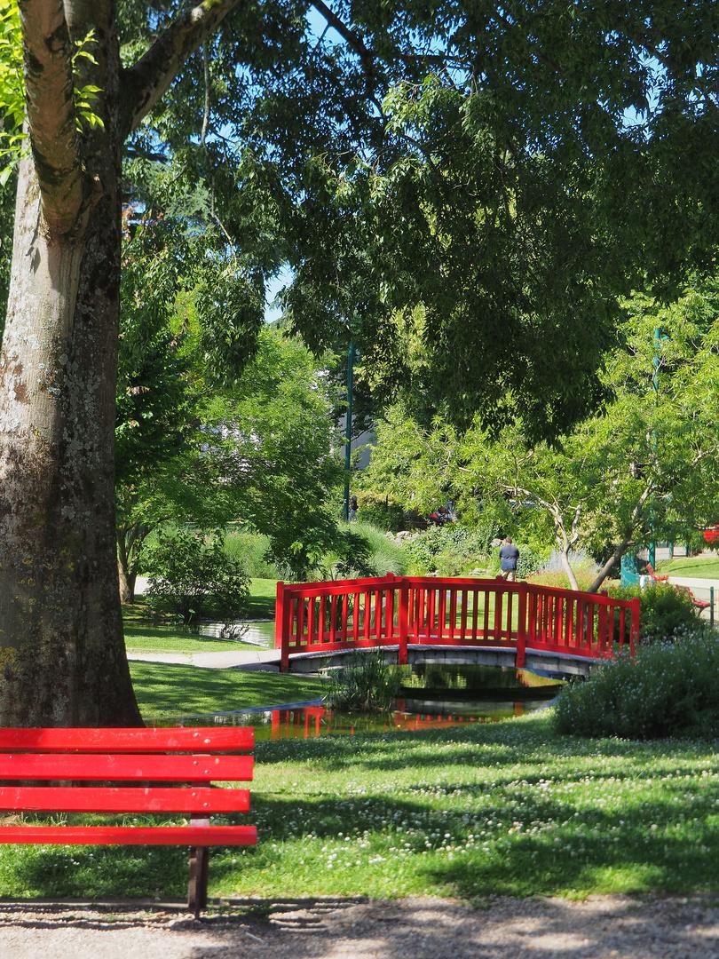 Pont et banc rouges pour ce lundi