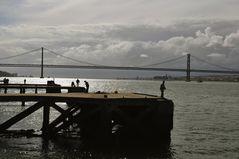 Ponte 25 de Abril und die Angler