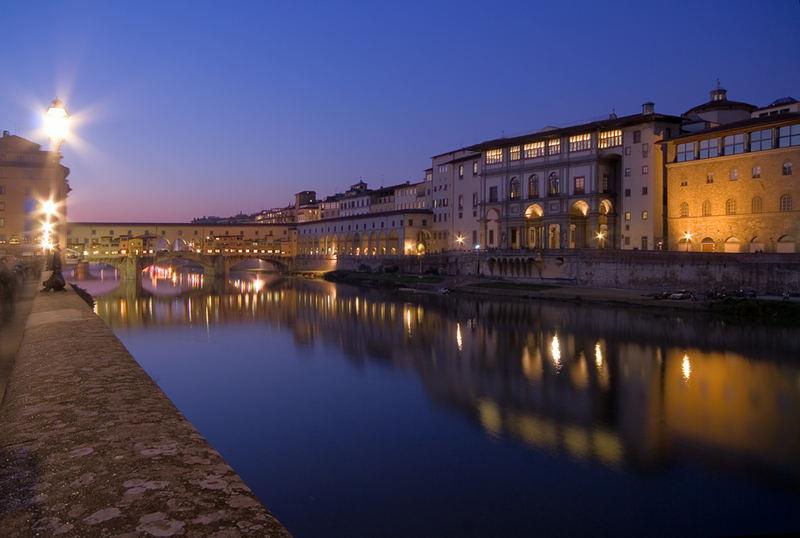 Ponte Vecchio e gli Uffizi dopo il tramonto