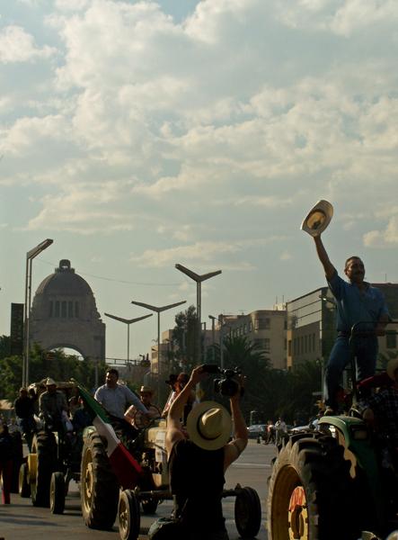 Por el monumento a la Revolución...