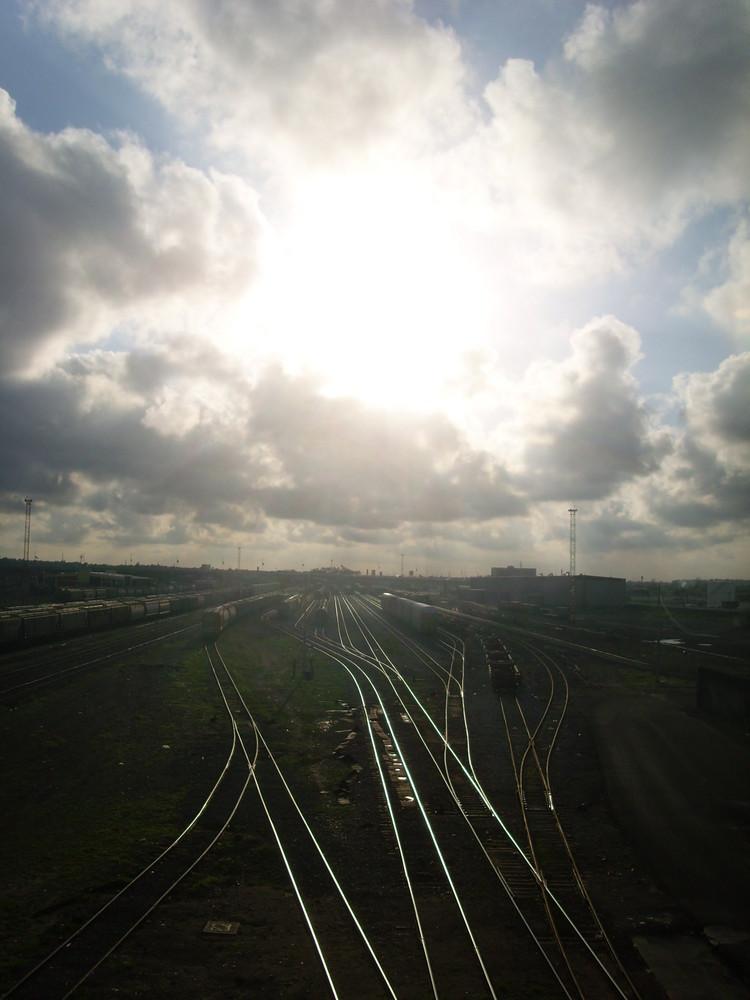 por la via del tren se va el sol