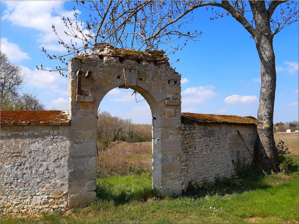 ..Porche du Monastère Orthodoxe St-Grégoire à Bondaroy (45)..