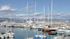 Port d'Antibes avec les Alpes Maritimes revêtues des dernières traces de l'Hiver