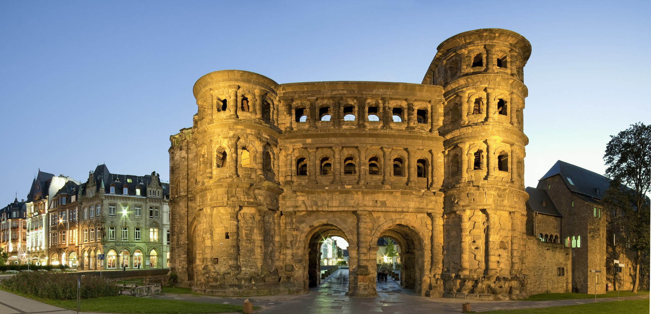porta nigra beleuchtet panorama foto bild deutschland europe saarland bilder auf fotocommunity. Black Bedroom Furniture Sets. Home Design Ideas