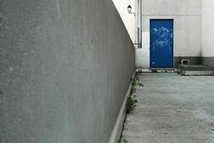 Porte bleu adossée a l'urbanisme