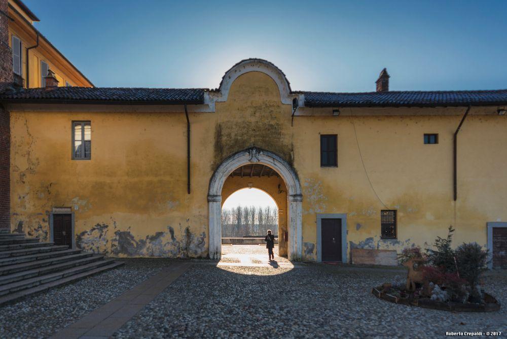 Portico verso piazza del municipio di Morimondo