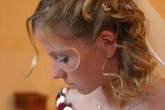 Porträt während des Haarstylings (in Kürze ist kirchl. Trauung)