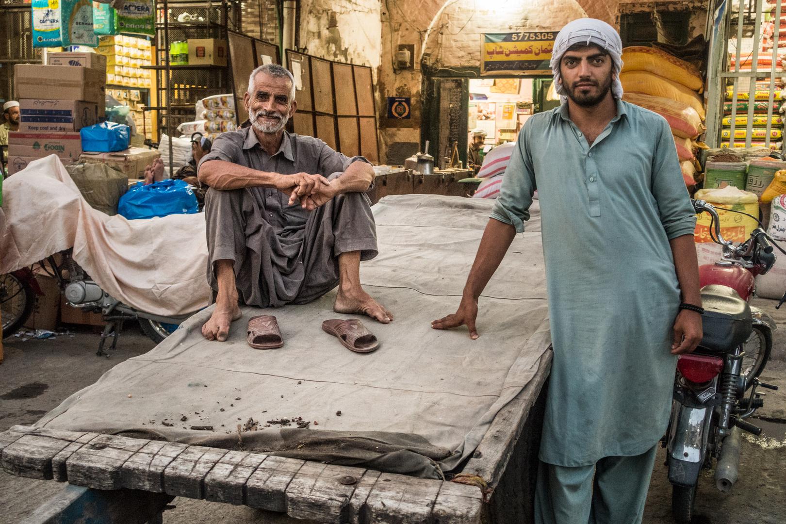 Porträts aus Pakistan: Zwei Händler im Basar von Rawalpindi