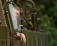 Portrait eines Lokführers oder Abfahrt in einer Minute