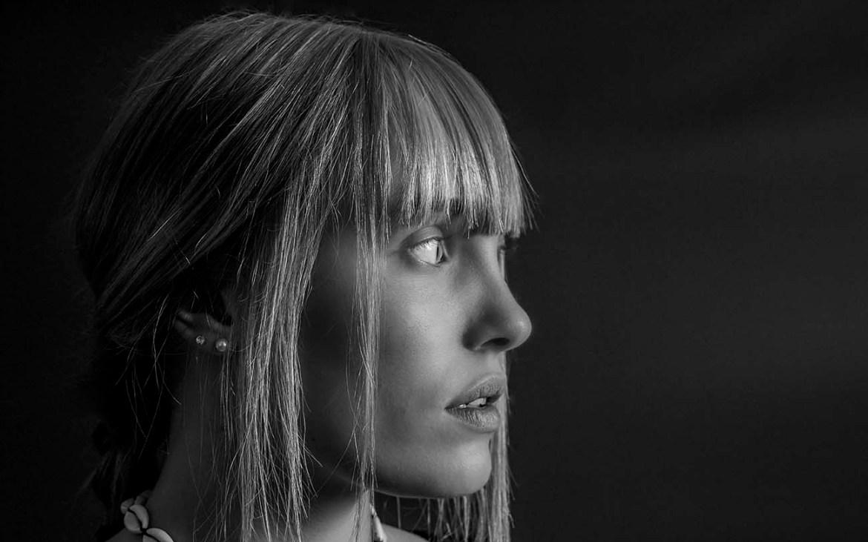 Portrait Frau Studio schwarz-weiß