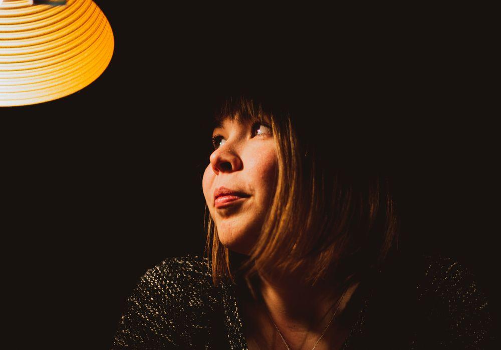 Portrait meiner Frau mit dunklen Hintergrund. Foto & Bild