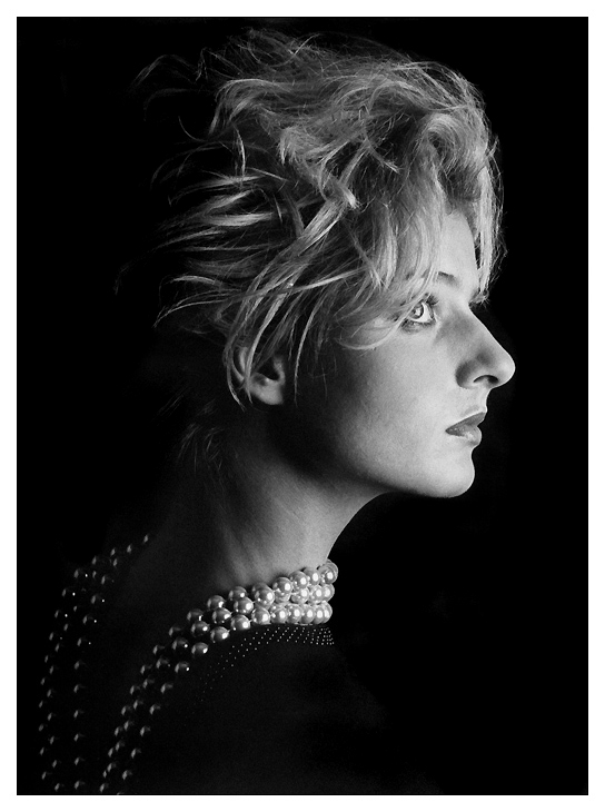 Portrait mit Perlen