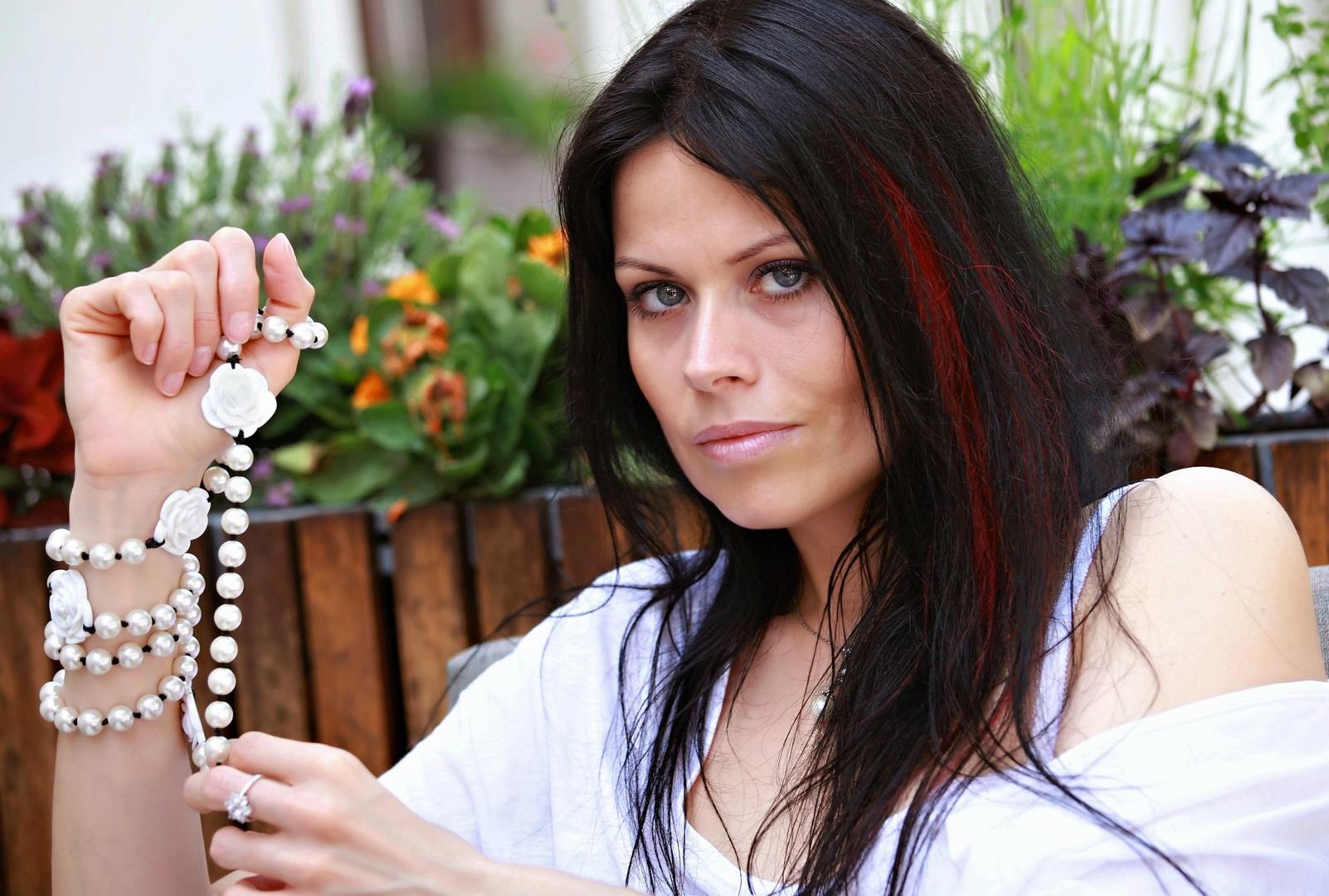 Portrait mit Perlenkette - Lana IV