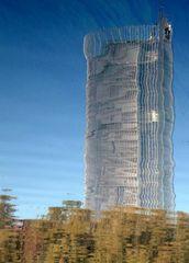 Post Tower gespiegelt