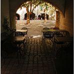 Pour prendre le premier café du jour sous les arcades de la Place aux Herbes
