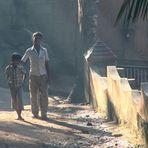 PP zwei Jungs im Seitenlicht India-893 Bildvergleich
