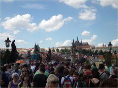 Prag - Ansichten einer Stadt / Karlsbrücke - Menschen